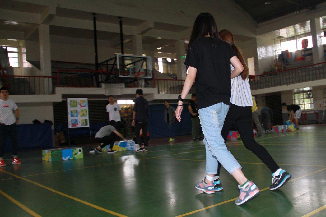 宜蘭童玩節今天招考工讀生,體能測驗要考兩人三腳。記者羅建旺/攝影