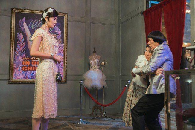 安心亞(左起)與林美秀、豬哥亮合演「大顯神威」。圖/牽猴子提供
