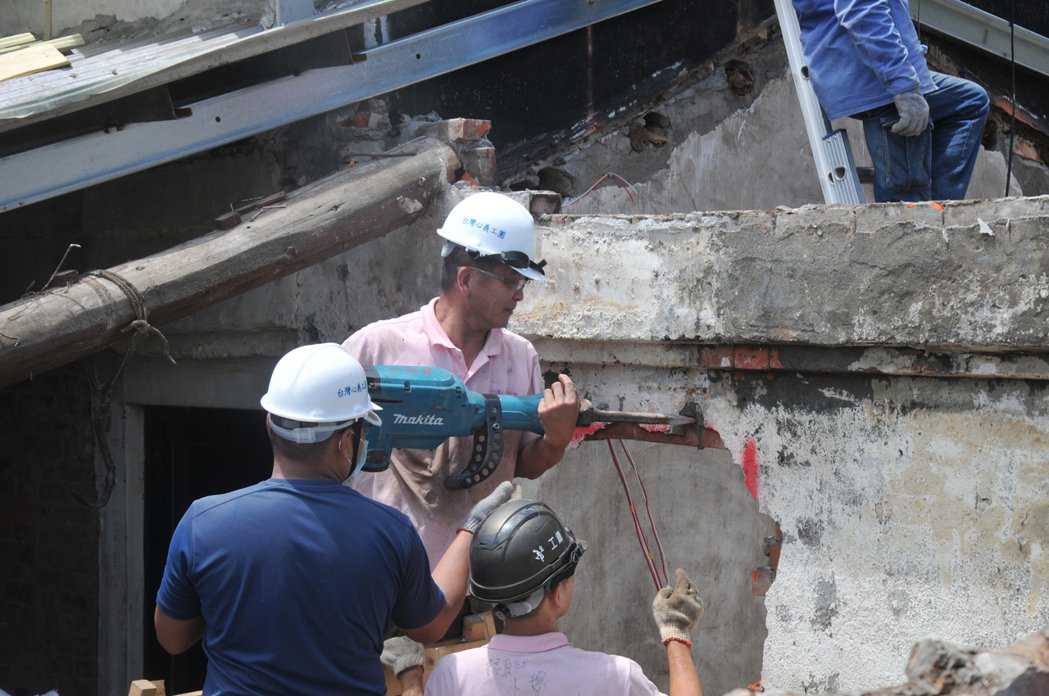 80名台灣心義工團今天到基隆中華路修漏水破屋。記者游明煌/攝影
