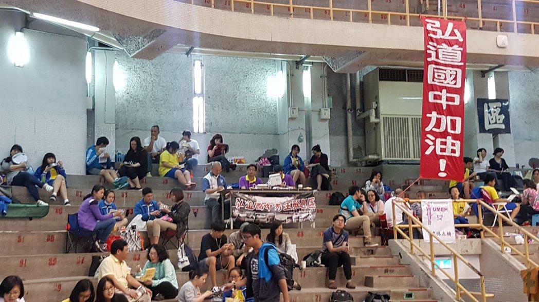 考生們吃午餐休息,準備迎接下午國文考科。記者吳佩旻/攝影