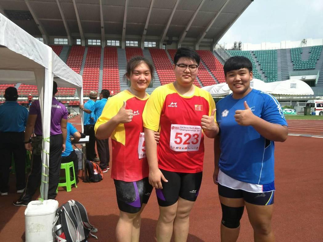 郭姵妤(右一)擲出亞青少田徑賽女子鉛球銅牌。 圖/中華田協提供