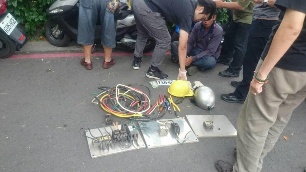 翁男破壞電線桿線路箱。記者劉星君/翻攝