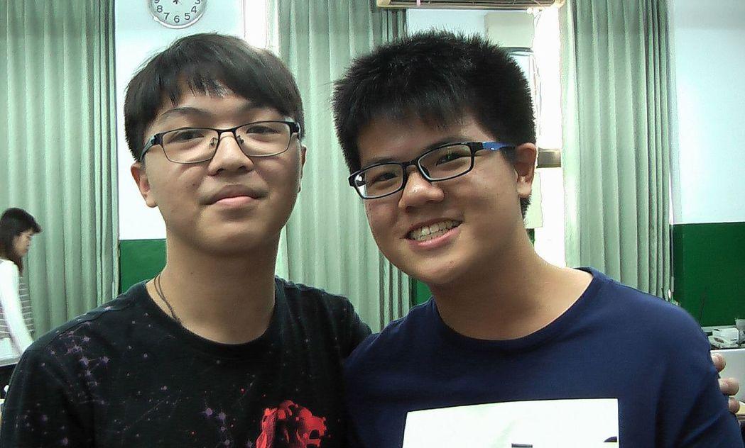 道明中學國中部考生吳柏陞(左)與吳佳諺認為,數學非選的漫畫題很生活化。記者徐如宜...