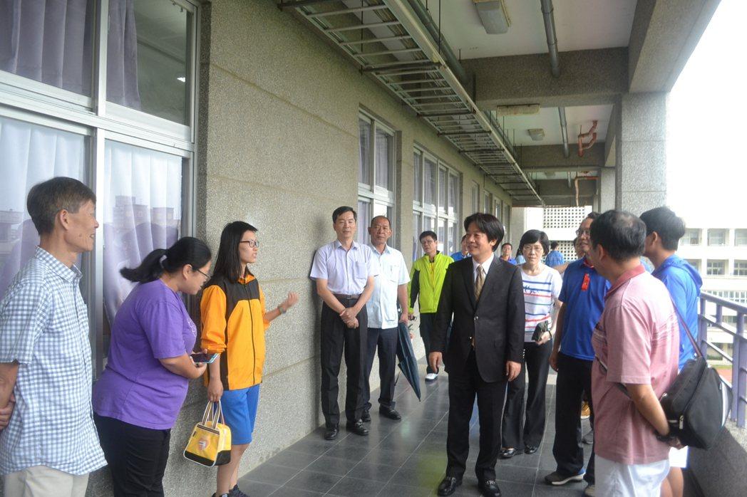 國中會考今天登場,台南市長賴清德到考場為考生加油打氣。記者鄭惠仁/攝影