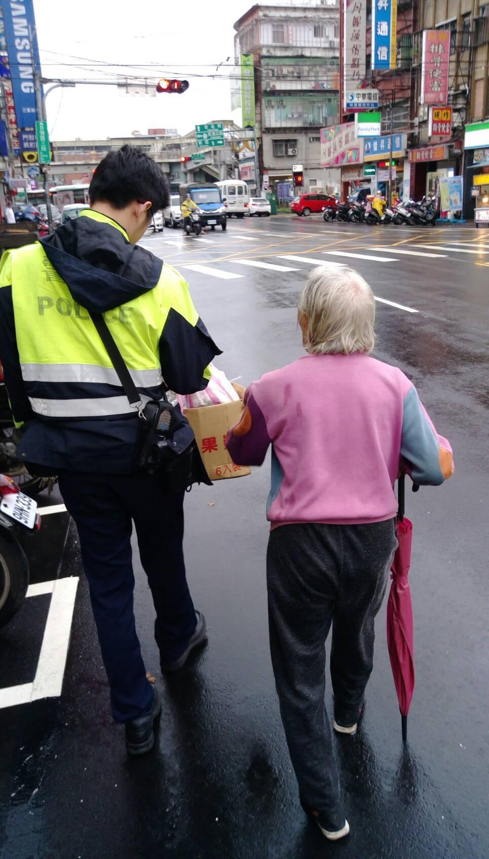 員警巡邏竟見一名87歲老婦人,拖著資源回收,以雨傘當拐杖撐住骨質疏鬆的年邁身體,...
