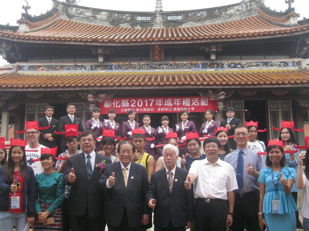 彰化建國科技大學的交流生和外籍生,大多穿傳統服飾出席成年禮。記者簡慧珍/攝影