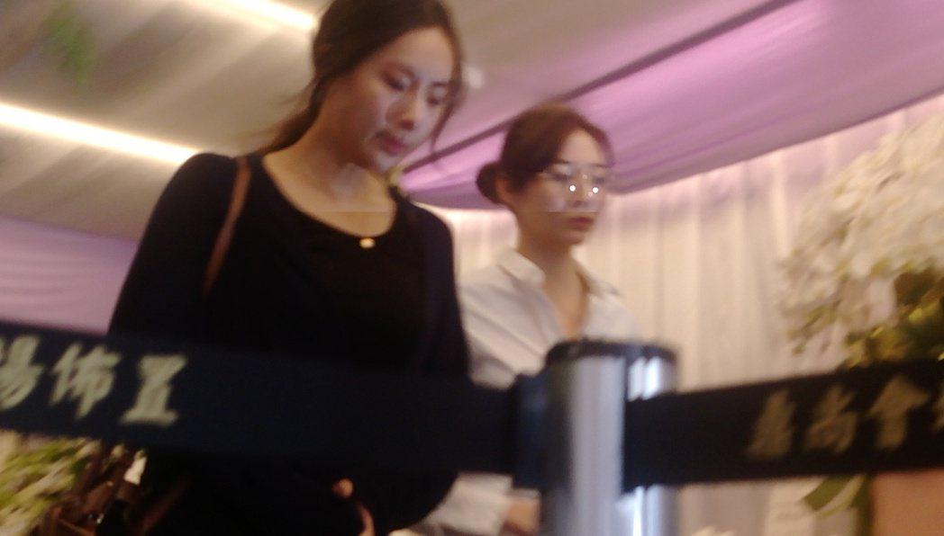 隋棠(左)和謝沛恩步出靈堂。記者林怡秀/攝影