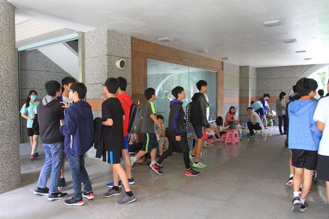 學生在討論試題。記者郭宣彣/攝影