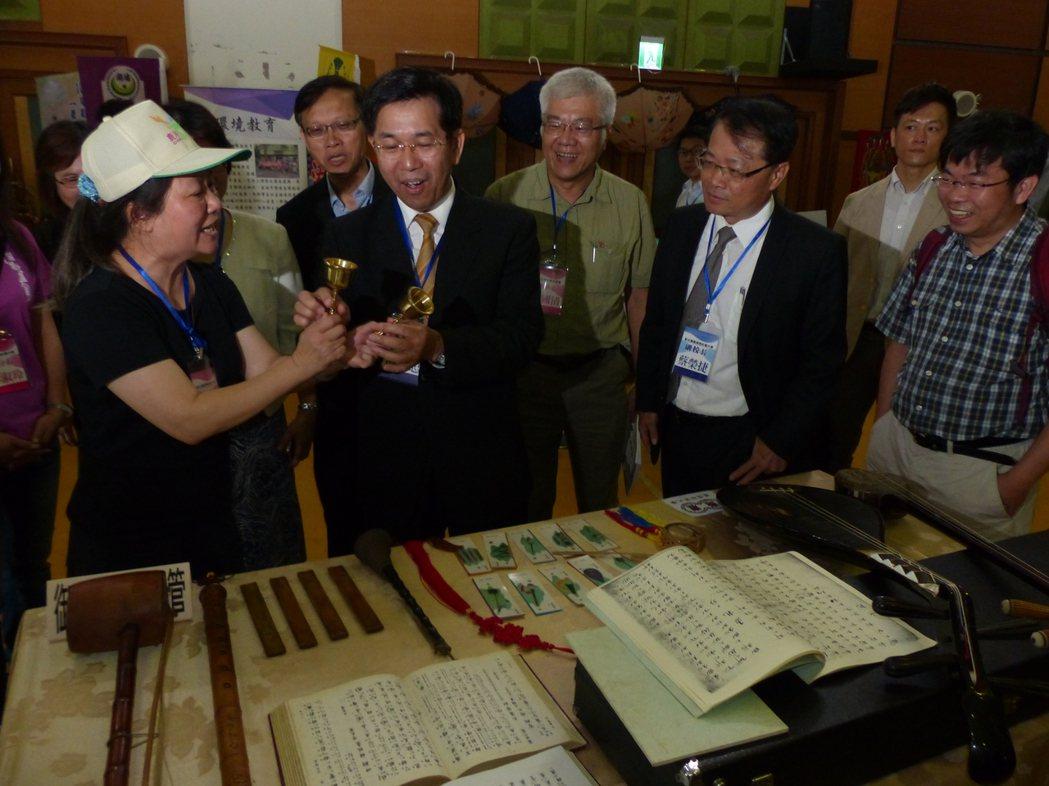 教育部長潘文忠(左2)在社大研討會會場參觀展示的文物,顯得興致盎然。記者劉明岩/...