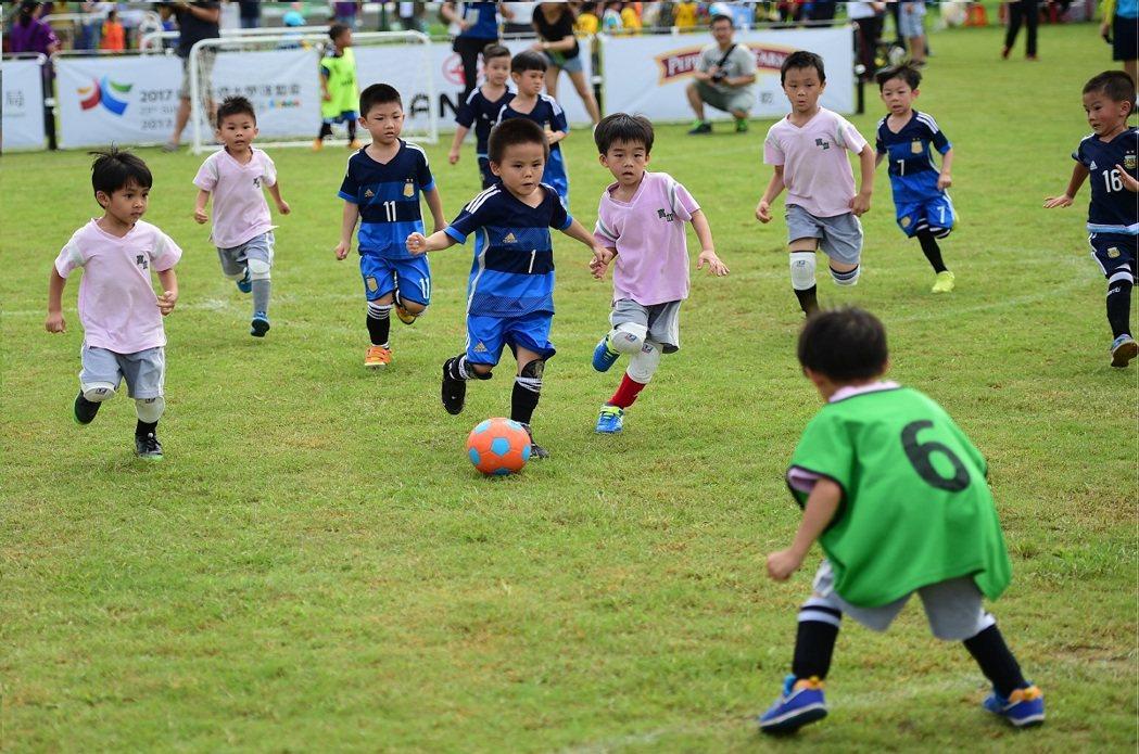 小小選手們堅守自己的崗位,不讓對手有機可趁,展現小將氣勢。圖/主辦單位提供