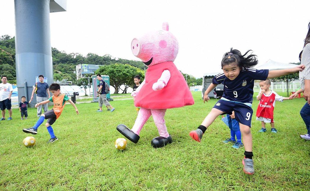 卡通明星佩佩豬現身為小小選手加油,和小選手們一起互動踢球,受到熱烈歡迎。圖/主辦...