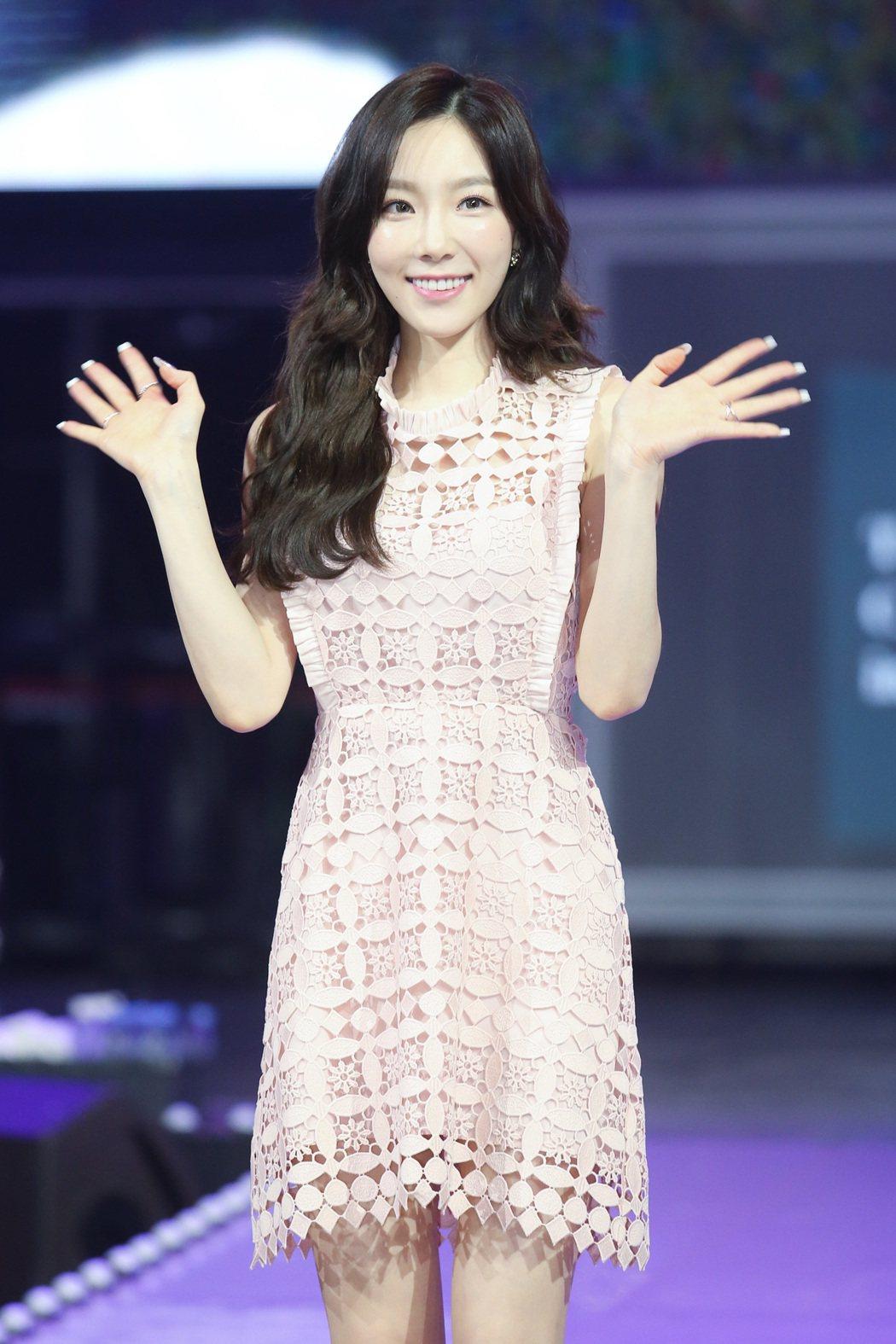 南韓女子天團少女時代隊長太妍來台舉行演唱會,下午穿著粉色小洋裝亮相。記者王騰毅/...