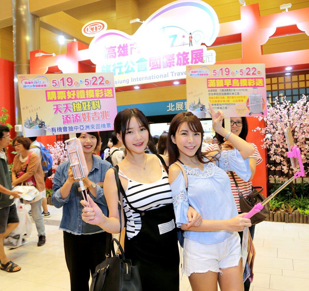 甜心主播「小周迅」施菲亞(左)及「國光女神」LaLa蘇心甯(右)今天下午同台出席...