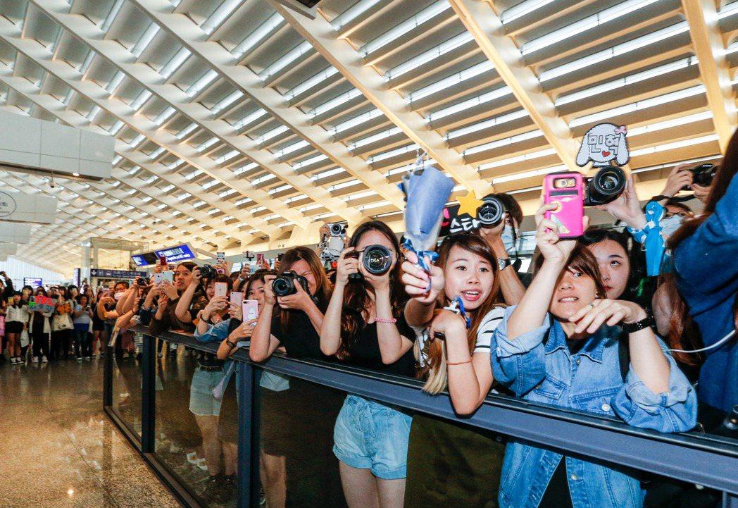 韓國男團BTOB傍晚抵達桃園機場,超過百位粉絲在入境大廳守候。記者鄭超文/攝影