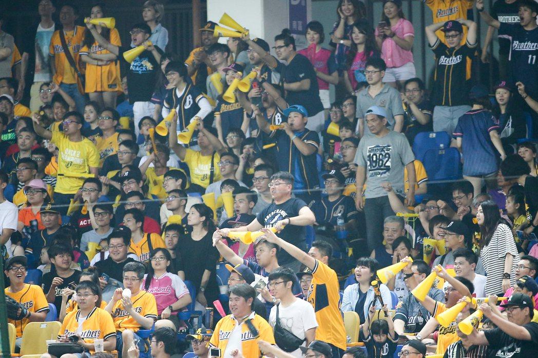 中信球迷不滿統一投手投出觸身球,於攻守交換時倒舉加油棒抗議。記者黃仲裕/攝影
