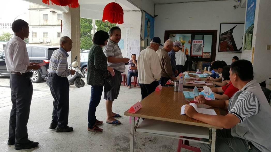 中國國民黨今天舉行黨主席暨黨代表選舉,金門地區的黨員投票踴躍,上午就有不少黨員回...