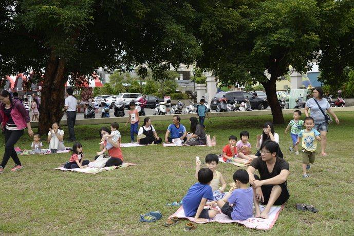 雲林縣舉辦獨特的野餐捐血,吸引大批民眾舉家共度一個有愛又美麗的野餐假日。記者蔡維...
