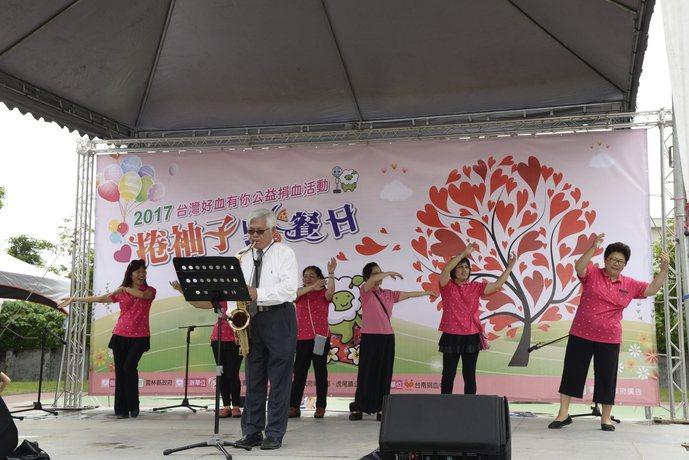 雲林縣舉辦獨特的野餐捐血,縣長李進勇為熱血民眾吹奏美妙樂曲。記者蔡維斌/攝影