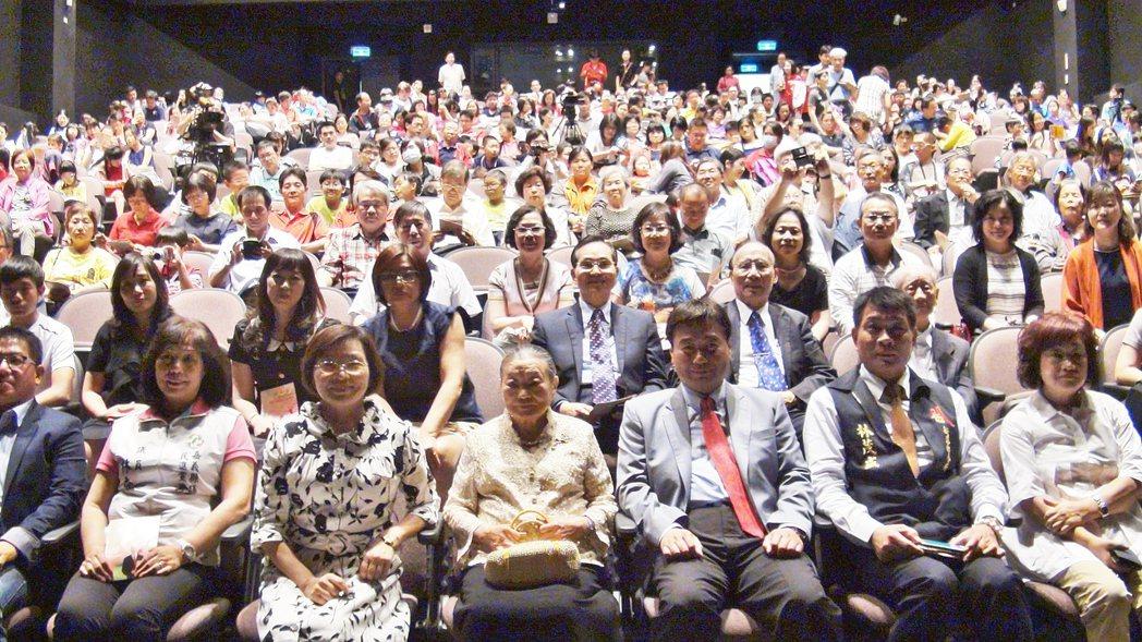 林奶奶(右4)從台北趕來出席音樂會。記者謝恩得/攝影