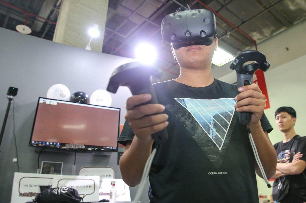 現場可讓參觀民眾體驗虛擬實境。記者鄭清元/攝影