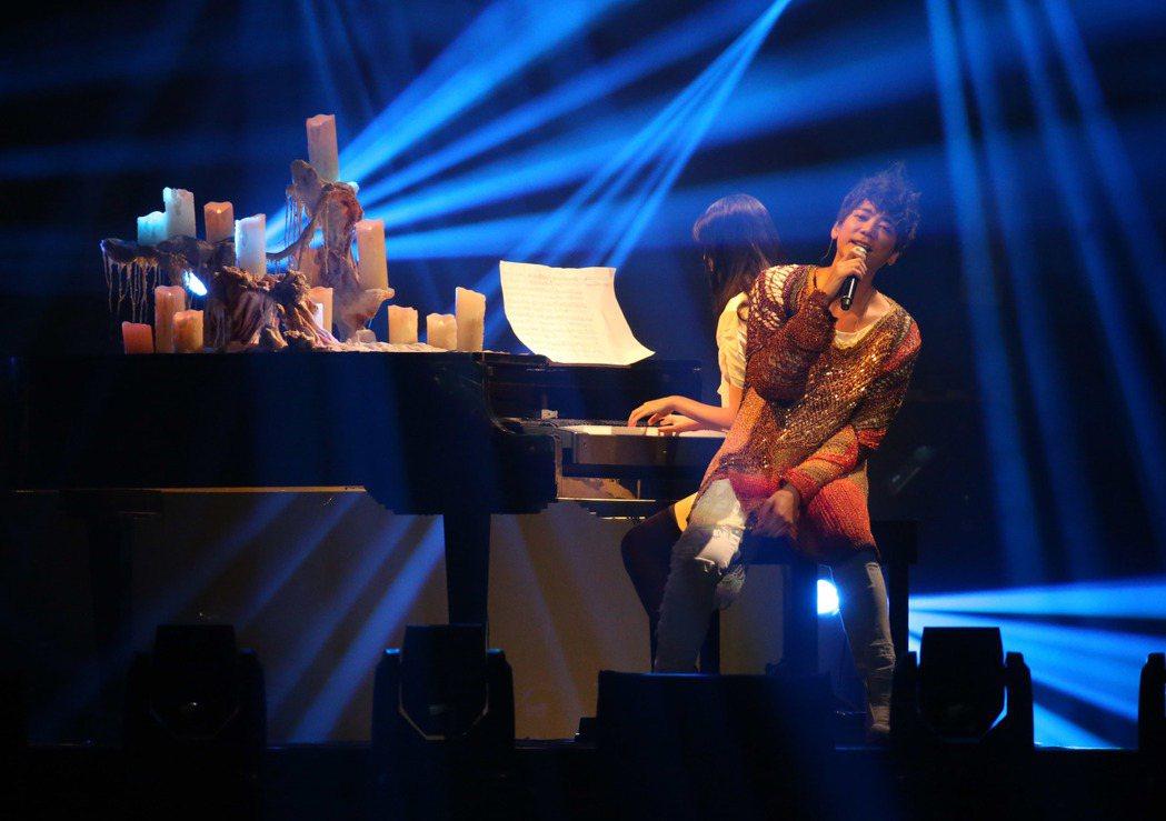 「信」在台北小巨蛋開唱,女兒上台鋼琴伴奏。記者陳瑞源/攝影