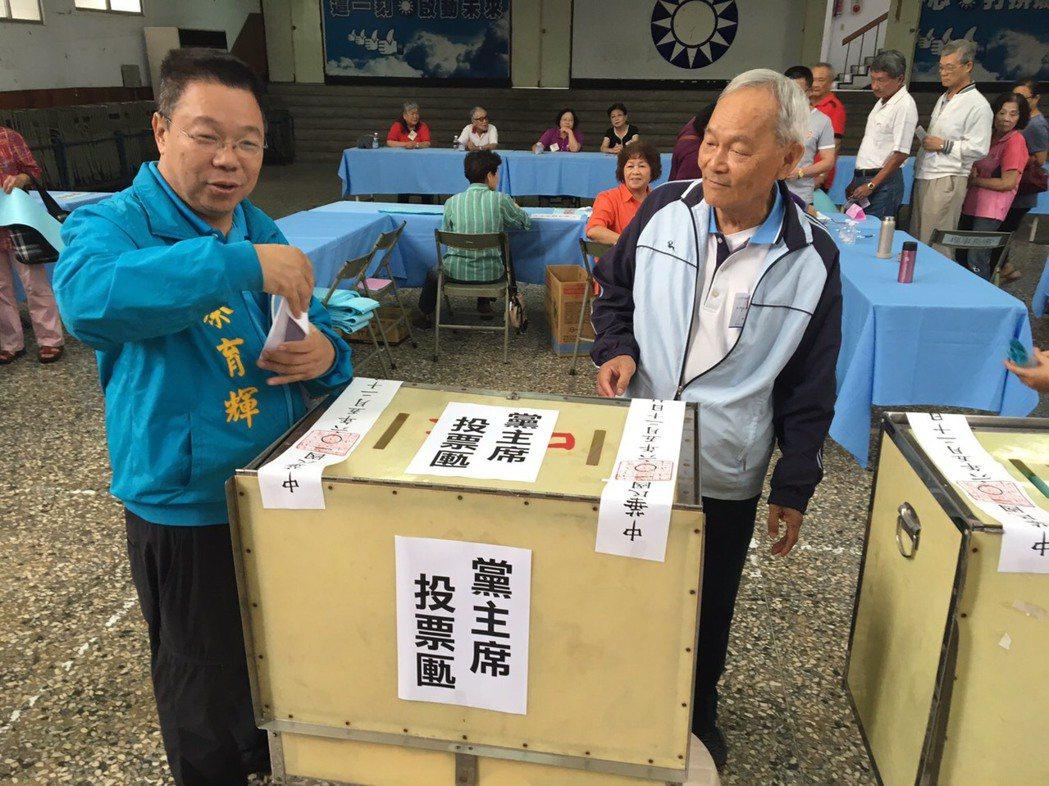 國民黨台南市議員蔡育輝(左)今天投票。圖/國民黨新營黨部提供
