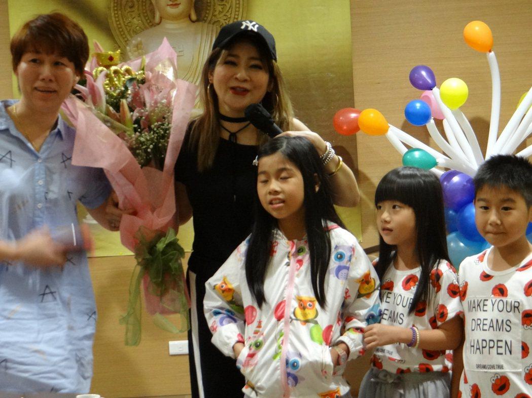 王彩樺的粉絲在佛光山潮州講堂和她相見歡。記者陳崑福/攝影