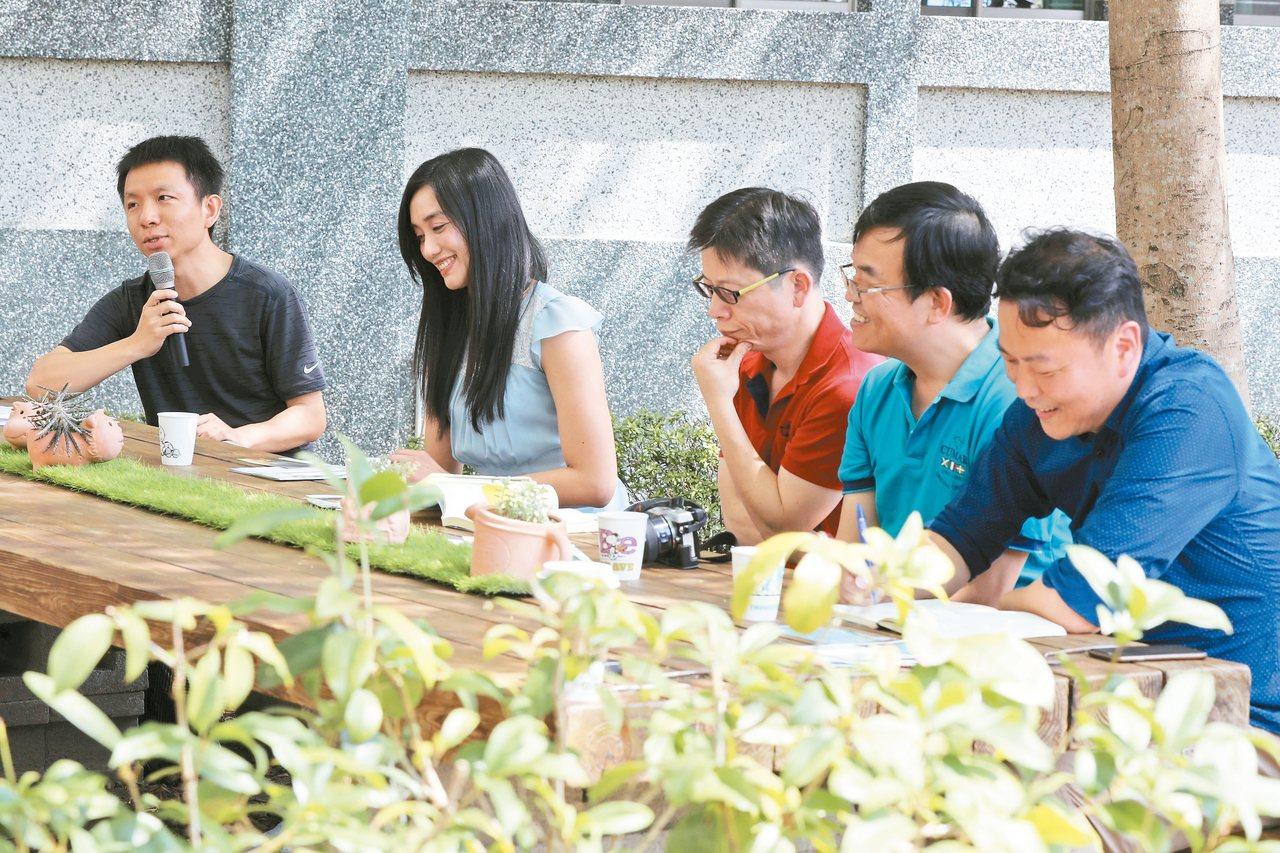 左起林德俊、宋怡慧、許榮哲、王文華、黃國珍。 圖/王維初