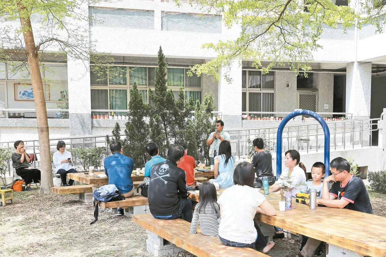 霧峰國小家長會代表游南軒介紹校園學習情境營造成果。 圖/王維初