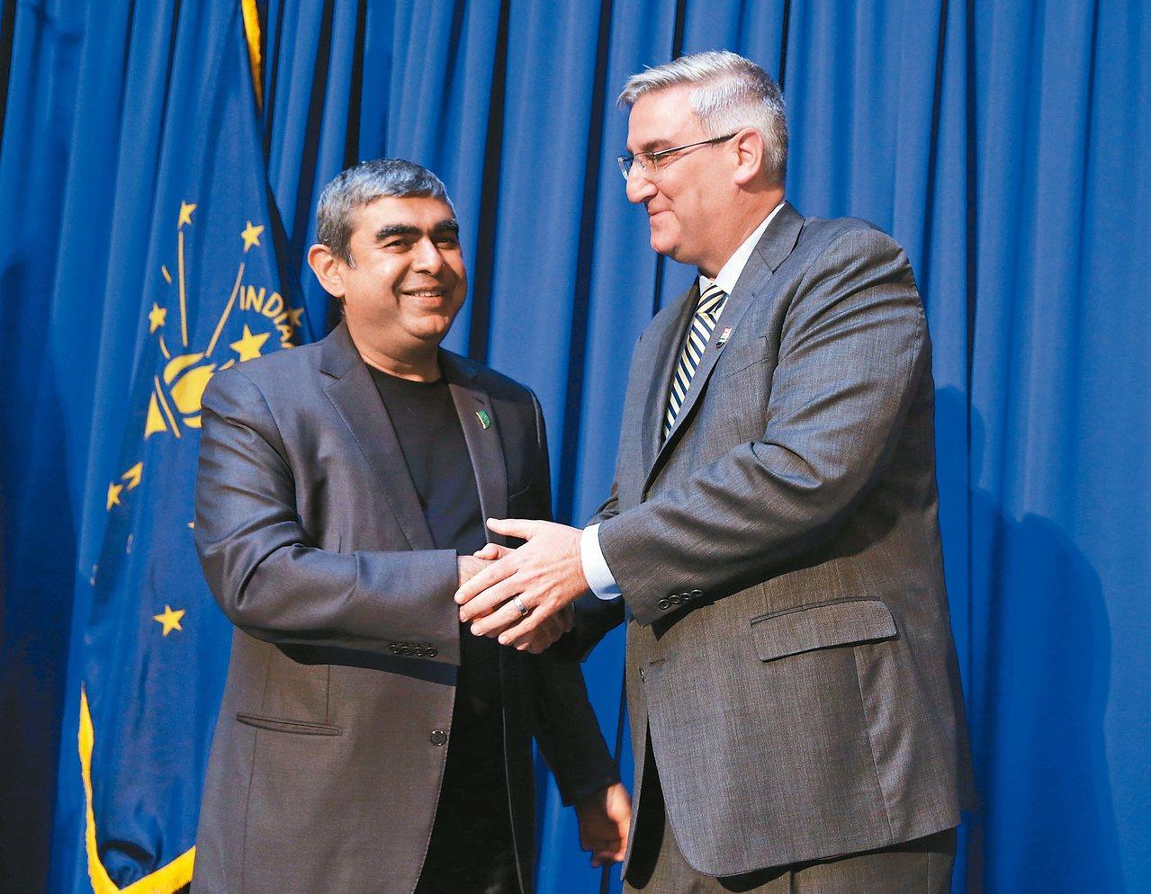 印第安納州長賀康(右)歡迎印孚瑟斯執行長執行長西卡(左)。 美聯社