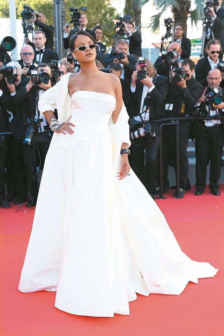 蕾哈娜以DIOR白色禮服登場,搭襯墨鏡帶出潮味。圖/DIOR提供