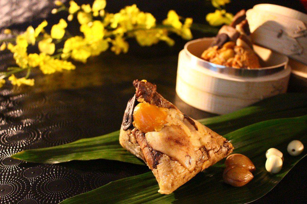 台中長榮桂冠酒店熱銷的「台鮑粽」,今年再升級,可以吃到整顆鮑,售價189元。 圖...