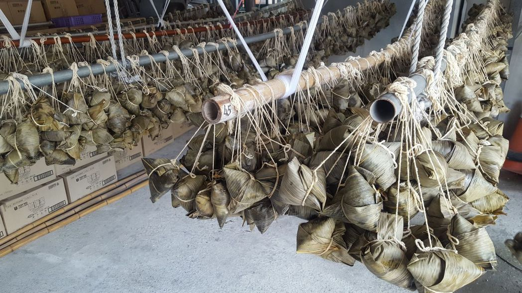 新竹縣竹北市新社社區協會160名志工,21日包了近7千顆「六心級」粽子,場面壯觀...