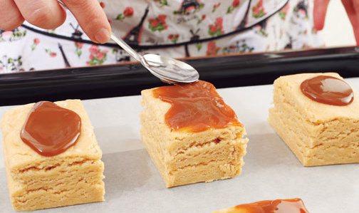 在整形完成的麵團的表面,用湯匙塗滿焦糖牛奶醬。好吃的祕訣在於要塗得很多。 攝...