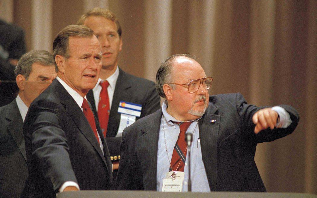 1988年8月17日,時任副總統的老布希(左)在紐奧良的共和黨全國代表大會召開前...
