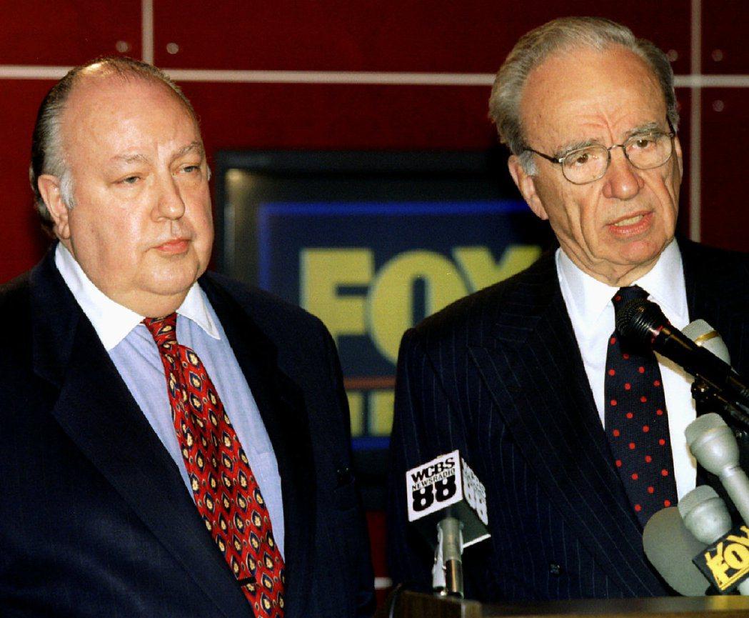 媒體大亨梅鐸(右)1995年1月30日召開記者會,宣布由艾爾斯(左)出任福斯新聞...