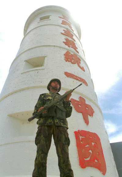 1999年李登輝提「兩國論」,引發兩岸關係緊張,金門前線高度戒備,圖為北碇島守軍...