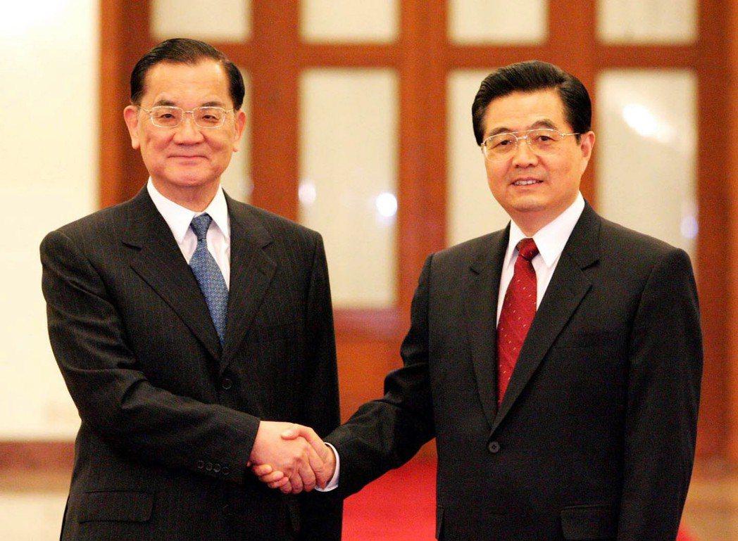 2005年4月胡錦濤與連戰見面,是時隔60年國共兩黨最高領導人的歷史性握手。 圖...