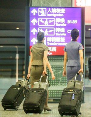 華航空姐涉嫌攜毒入境被調查,毒品是藏在行李箱內,裝有毒品的袋子是以雙面膠黏貼在靠...