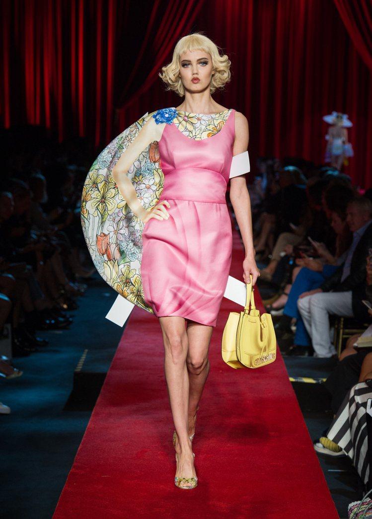 Moschino春夏系列秀上立體呈現的紙娃娃衣服。圖/Moschino提供