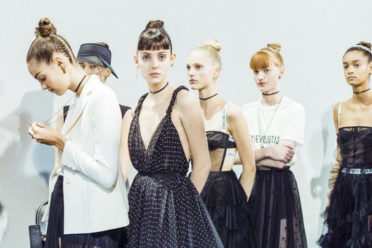 Dior春夏系列,右二為小S上唐綺陽的直播節目造型。圖/Dior提供