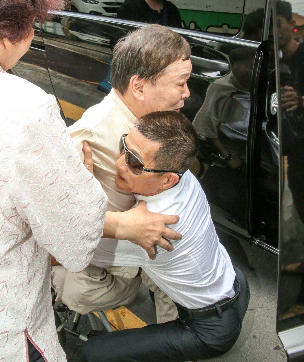 阿吉仔向豬哥亮致哀。記者鄭清元/攝影