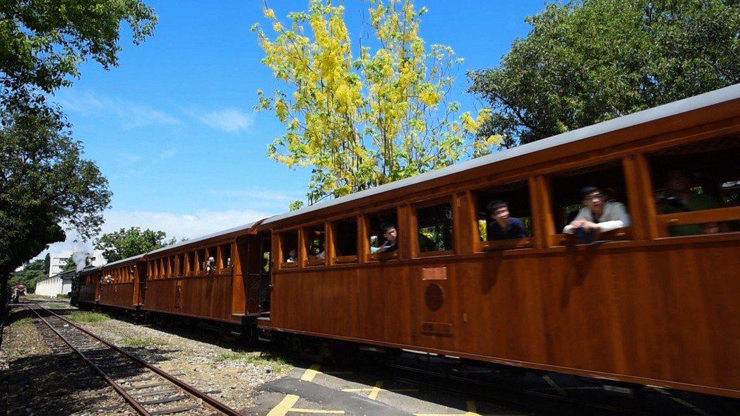 搭檜木車廂森鐵小火車 享受黃金雨的浪漫