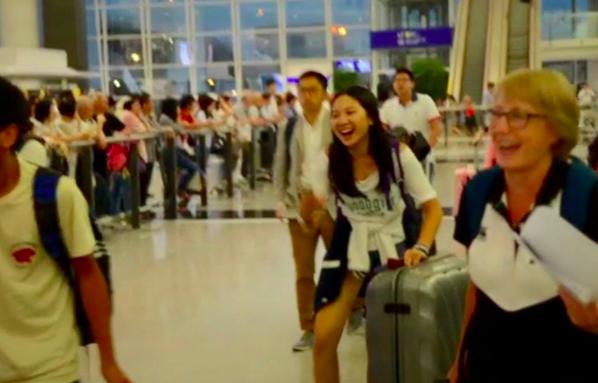 看到超大驚喜,Jasmine與旁邊的旅客都忍不住大笑。圖取自IG
