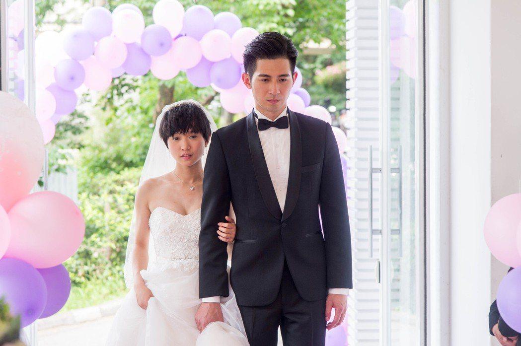 簡宏霖(右)、嚴正嵐為主演「只為你停留」拍攝婚禮戲。圖/三立提供