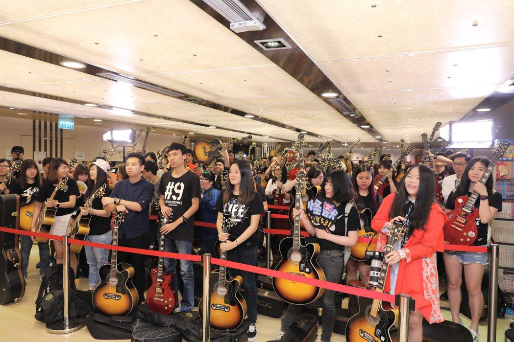 歌迷拿著吉他等待怪獸。圖/相信音樂提供