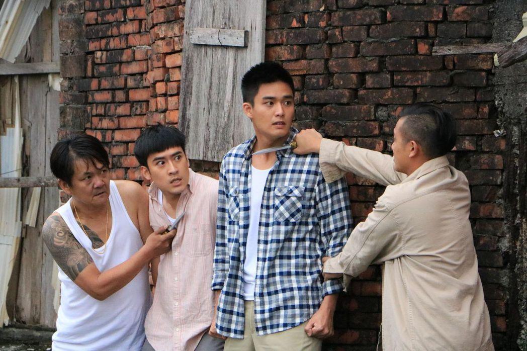 沈建宏(左)、安俊朋戲中遭流氓挾持。圖/中天提供