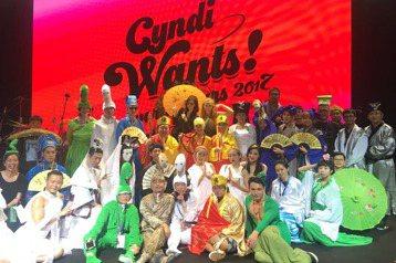 王心凌20日在杭州舉行「Cyndi Wants!」演唱會,這一晚的男主角是吳克群,他花了兩個半小時車程、不遠千里而來相助,兩人當場被觀眾拱「在一起」。王心凌去年在台北小巨蛋起跑的巡演,如今從杭州展開...