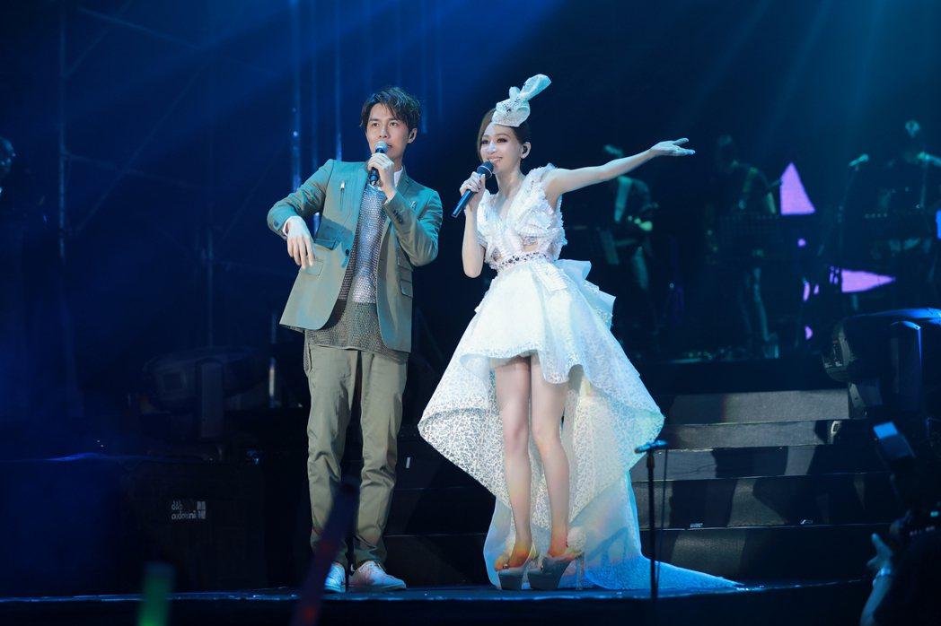 王心凌(右)在杭州開唱,吳克群助威。圖/天晴提供