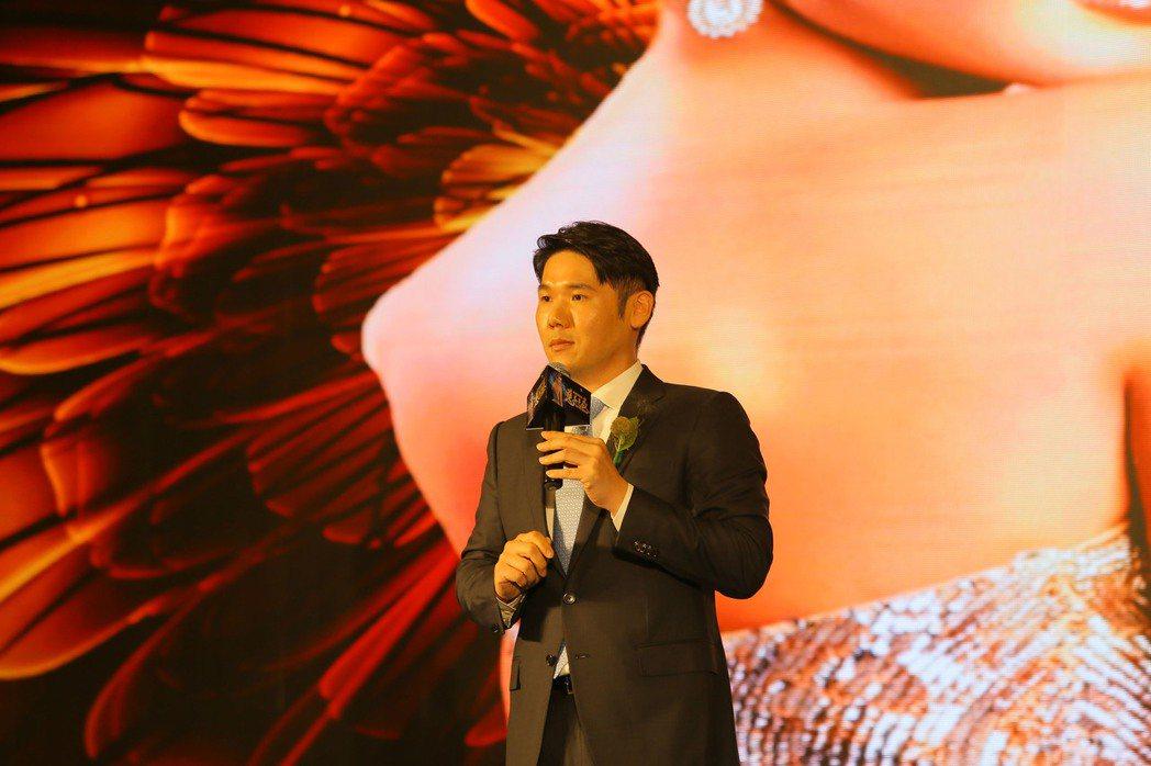 陳怡蓉老公薛博仁在慈善晚宴上演講。 圖/博仁聖緹雅提供